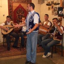 Le duduk et l'oud sont deux instruments qui font partie de la riche tradition musicale de l'Arménie.